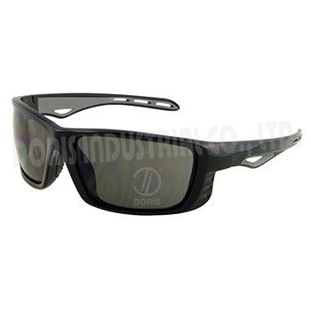 Safety eyewear with slight side guard design